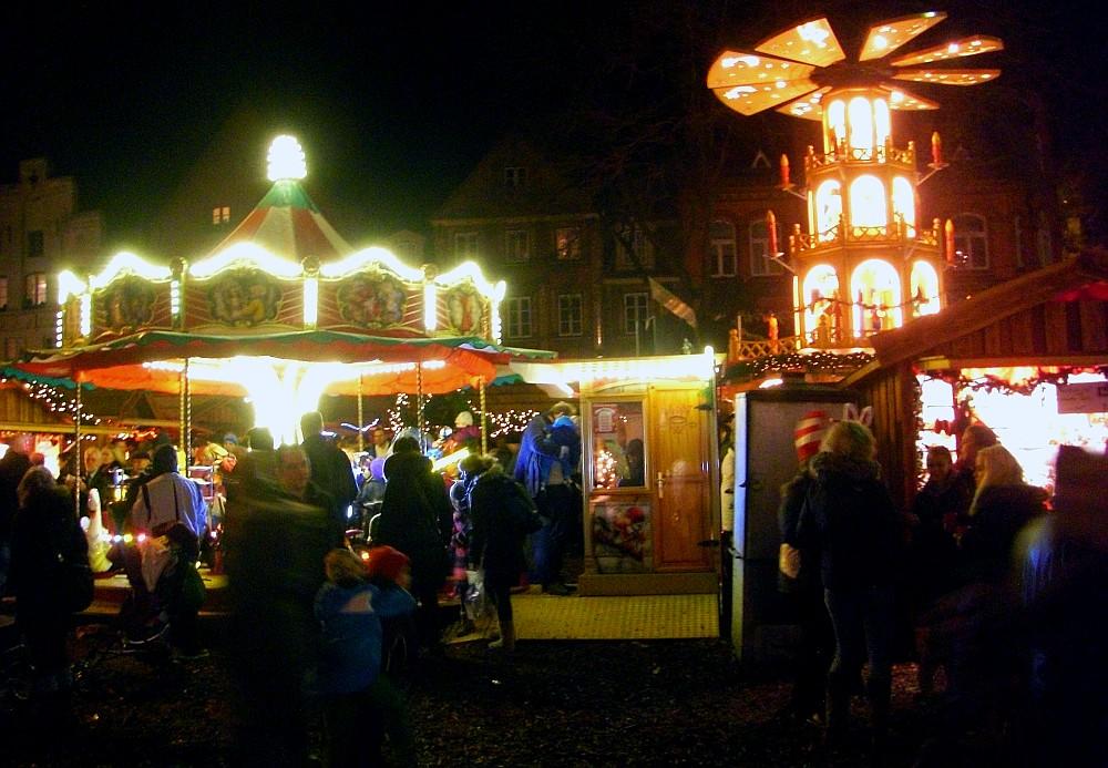 Weihnachtsmarkt Flensburg Südermarkt mit Weihnachtspyramide - (c) spinagel.de